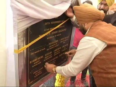 नामों पर काला टेप लगाते मंत्री सुखविंदर सिंह रंधावा