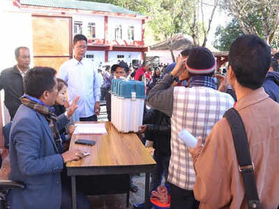 वोटिंग से पहले की तैयारी करते मतदानकर्मी