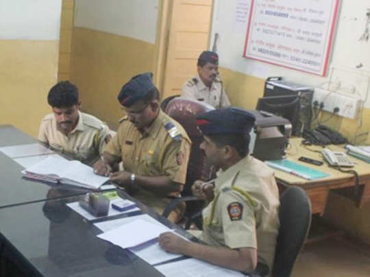पोलिसांना आवडे हस्तलिखित स्टेशन डायरीच!