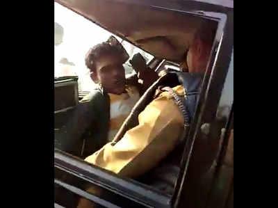 पुलिस के सामने युवक को पीटा गया