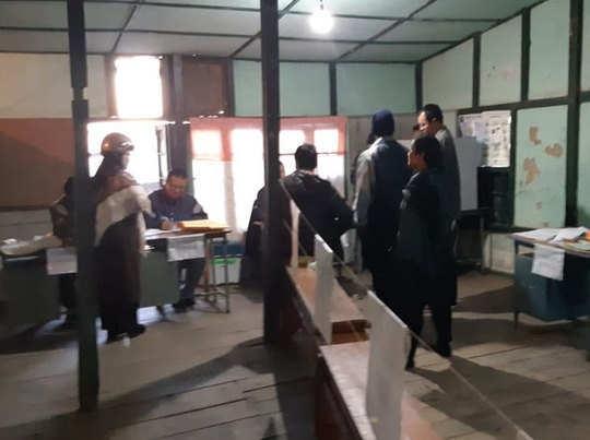 आइजोल के जरकावत पोलिंग बूथ पर मतदान करते लोग