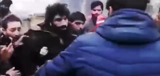 J&K में आतंकवादी को स्थानीय युवकों द्वारा बचाने का विडियो हुआ वायरल