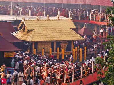 सबरीमाला मंदिर में दर्शन के लिए कतार में खड़े श्रद्धालू