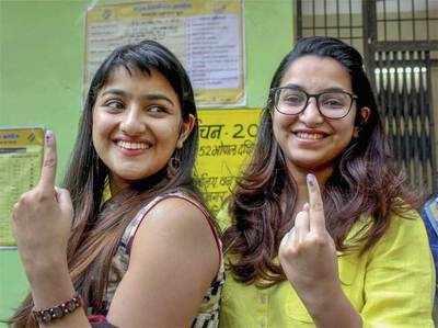 एमपी में पहली बार वोट देने की खुशी दिखातीं लड़कियां।