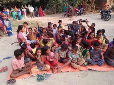 गांव में इस तरह बच्चों के ग्रुप में होती हैं बाल विवाह को लेकर बातें