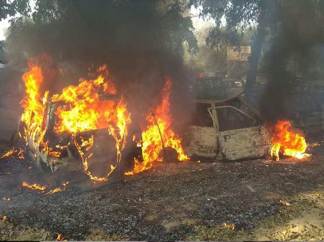 भीड़ ने थाने में खड़ी गाड़ियों में लगाई आग