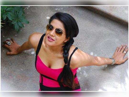 Sakshi-Agarwal-Latest-Hot--Spicy-Cleavage-Show-Pics19