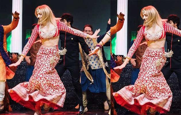 प्रियंका चोपड़ा-निक जोनस के संगीत में सोफी टर्नर दिखीं इस अंदाज़ में