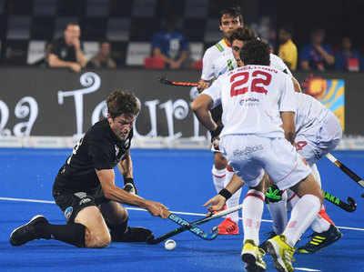 स्पेन के एलबर्टो (दाएं) न्यू जीलैंड के मार्कस से गेंद के लिए जूझते हुए।