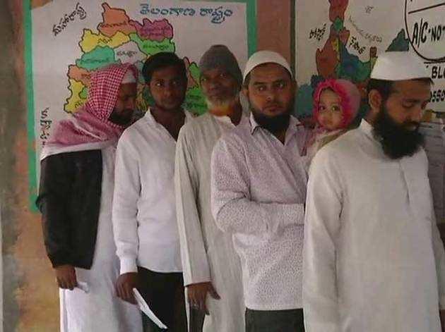 तेलंगाना के निजामाबाद में पोथांगल पोलिंग बूथ के बाहर कतार में लगे वोटर (ANI)