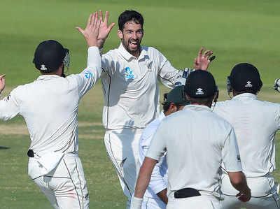 विल सोमरविले ने 3 विकेट लिए।