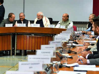 बैठक में गुलाम नबी आजाद से बात करते दिखे PM