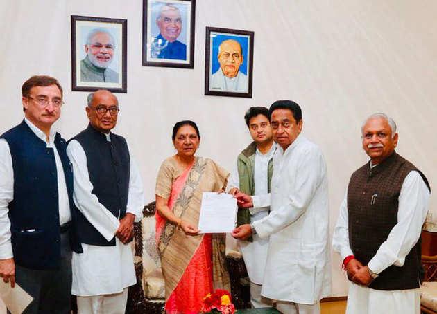राज्यपाल को पत्र देते कांग्रेस नेता कमलनाथ, ज्योतिरादित्य सिंधिया और दिग्विजय सिंह