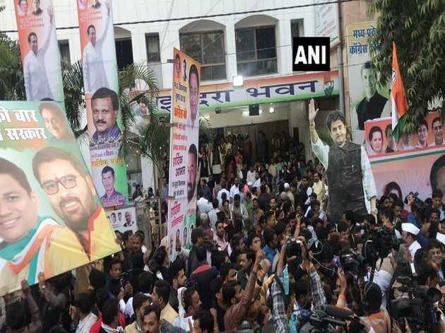भोपाल में कांग्रेस दफ्तर के बाहर जमा हैं कमलनाथ और सिंधिया के समर्थक