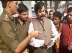 देखें, मेरठ से बीजेपी नेता कमलदत्त शर्मा पुलिसकर्मी को धमकाते कैमरे में कैद