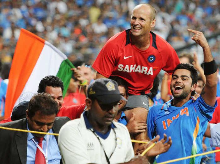 वर्ल्ड कप जीतने के बाद कोच कर्स्टन को कंधे पर उठाए भारतीय खिलाड़ी (फाइल फोटो)