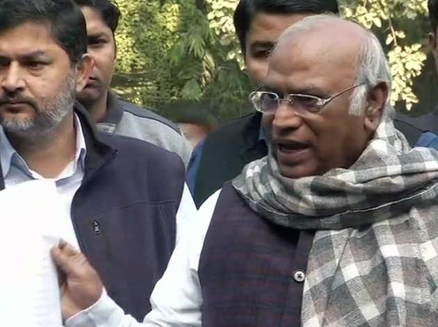 पत्रकारों से बात करते कांग्रेस के नेता मल्लिकार्जुन खड़गे