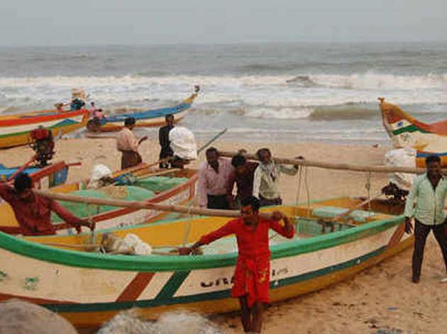 मछुआरे अपनी नावों और जाल को किनारों से दूर ले जा रहे हैं।