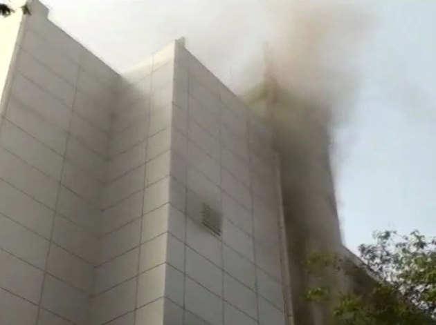 अस्पताल के ऊपरी हिस्से से उठता धुआं।