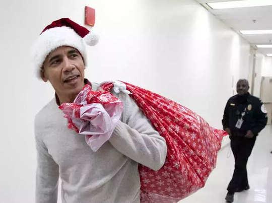 ओबामा ने कंधे पर लटका रखा था गिफ्ट बैग