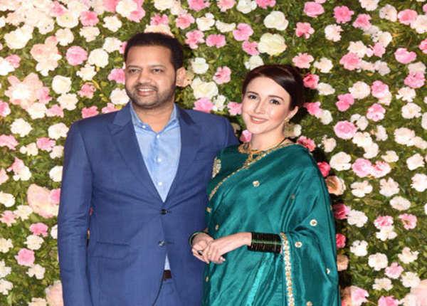 नई पत्नी के साथ शरीक हुए राहुल महाजन