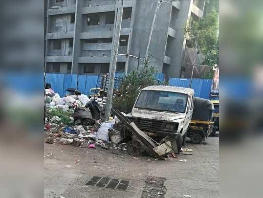 कचरेका ढेर और धुल जमी पुरानी गाड़ियां