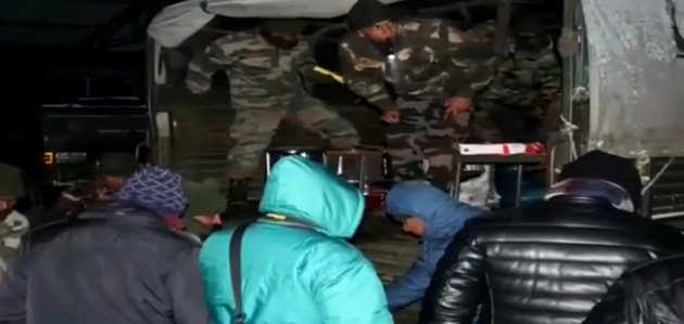 बर्फबारी के चलते नथुला में फंसे 2500 लोगों सेना ने बचाया