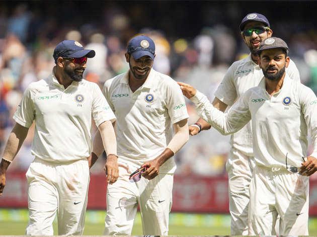 गेंदबाजों से संग हल्के मूड में कप्तान विराट।