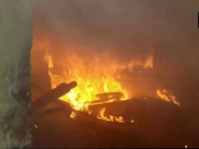आरोपी के घर को लगाई आग