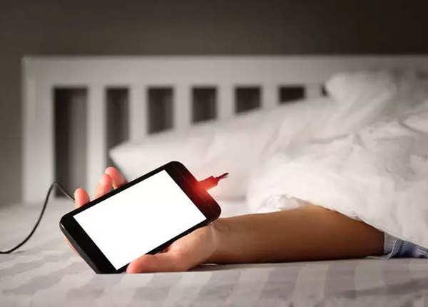 मोबाइल जेब में रखकर सोया था बुजुर्ग
