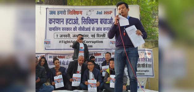 बाइचुंग भूटिया ने सिक्किम के मुख्यमंत्री के खिलाफ दिल्ली के जंतर-मंतर पर किया विरोध प्रदर्शन