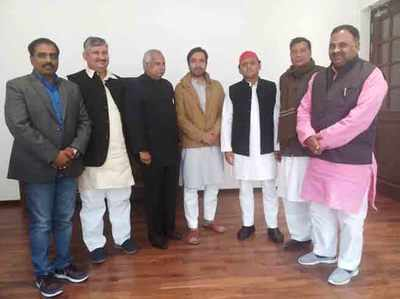 जयंत चौधरी और अखिलेश यादव के साथ अन्य नेता