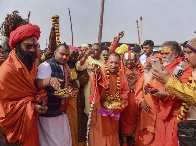 कुंभ से पहले एक पूजा में शामिल होते यूपी के सीएम योगी आदित्यनाथ।