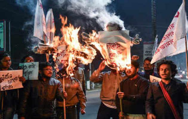 नागरिकता बिल के खिलाफ असम और त्रिपुरा में हिंसक प्रदर्शन, कई घायल