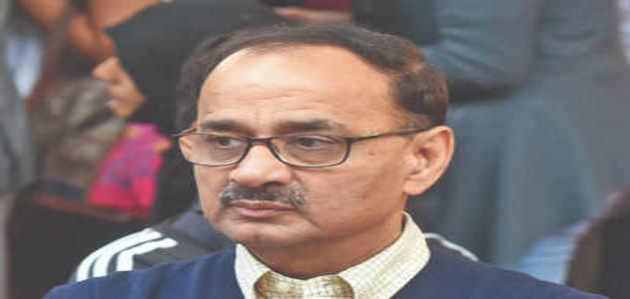 सुप्रीम कोर्ट के फैसले के बाद CBI डायरेक्टर आलोक वर्मा पहुंचे ऑफिस, संभाला चार्ज