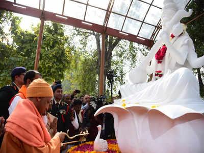 सरस्वती कूप को जनता के लिए खोलने के बाद पूजा करते सीएम योगी