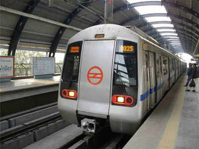 Sir Par Palloo, Haath Mein Bachcha, Mahila Pauketamaar Aise Chura Rahi Hain Metro Mein Saamaan