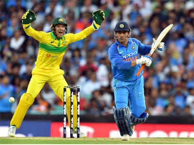 India Vs Australia- Bhaagyashaali Rahe Jo Dhoni Ko LBW Kar Paae  Richardson