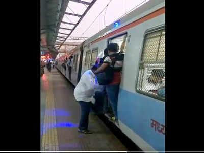 ट्रेन में जलती नीले रंग की बत्ती
