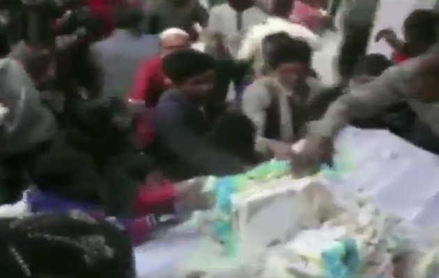अमरोहा: मायावती के बर्थडे केक को बीएसपी कार्यकर्ताओं ने यूं लूटा