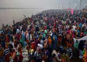lakhs of devotees take holy dip in sangam on first day