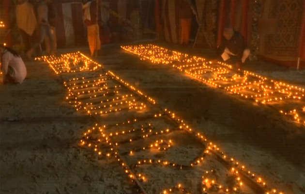 कुंभ मेला: संतों ने राम मंदिर के शीघ्र निर्माण की कामना करते हुए 33,000 दीपक जलाए