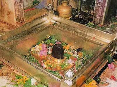 काशी विश्वनाथ मंदिर में स्थापित पवित्र शिवलिंग (फाइल फोटो)