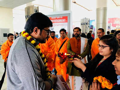 एयरपोर्ट पर मेहमानों का स्वागत करती युवतियां