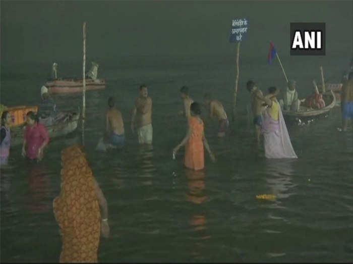 कुंभ में स्नान करते लोग