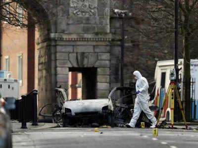 घटनास्थल की जांच करते बम स्कवॉड कर्मी