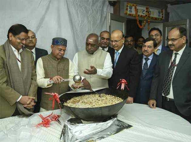 हलवा बांटते वित्त राज्य मंत्री शिव प्रताप शुक्ल।