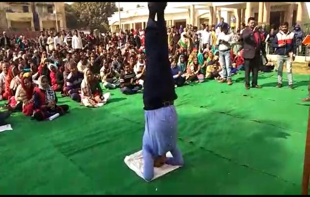 उत्तर प्रदेश: आईएएस अधिकारी ने नायाब तरीके से भीड़ को किया नियंत्रित