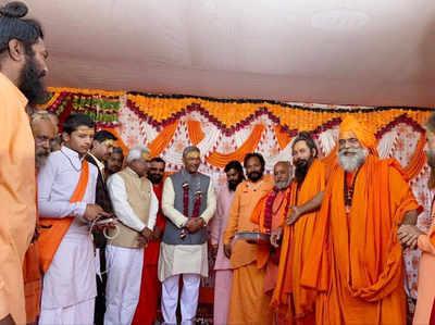 प्रयागराज कुंभ साधु संतों के साथ त्रिवेंद्र सिंह रावत