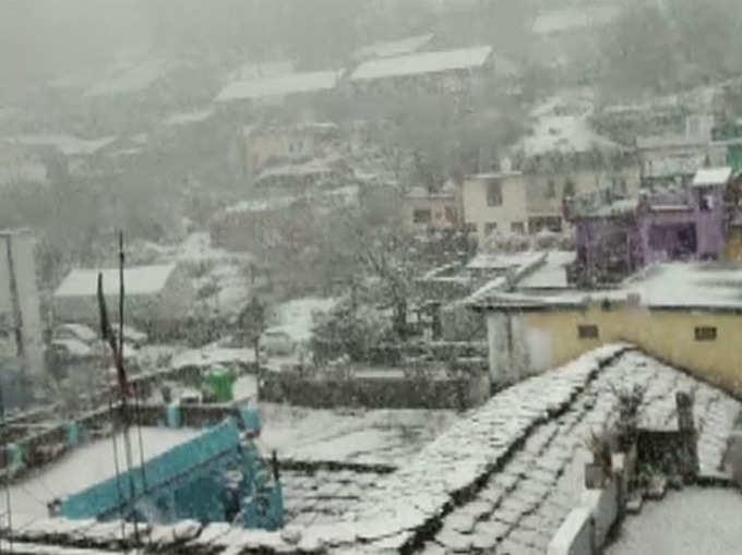 बदला मौसम का मिजाज, पहाड़ों पर बर्फबारी से दिलकश हुए नजारे